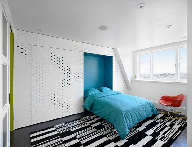 Фотография: Спальня в стиле Современный, Малогабаритная квартира, Квартира, Дома и квартиры, Советы, Перепланировка, Кровать, Подиум, Ширма – фото на INMYROOM