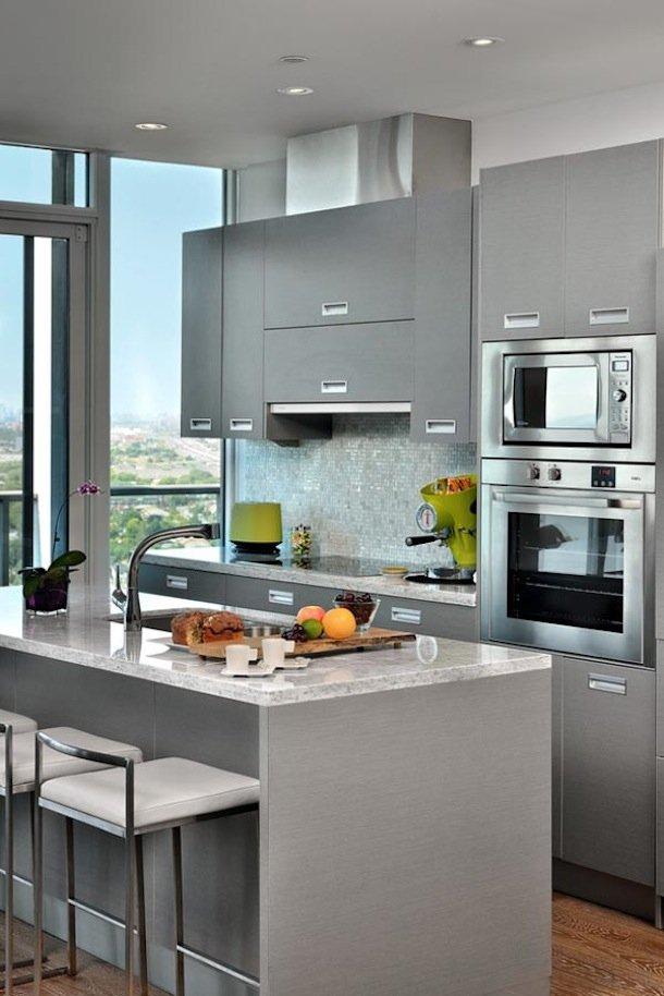 Фотография: Кухня и столовая в стиле Современный, Хай-тек, Малогабаритная квартира, Квартира, Мебель и свет, дизайн маленькой кухни, как обустроить маленькую кухню, идеи для маленькой кухни, kuhnya-8-kv-metrov – фото на INMYROOM