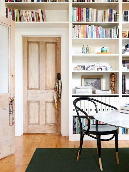 Фотография: Кабинет в стиле Скандинавский, Декор интерьера, Декор, Домашняя библиотека, как разместить книги в интерьере, книги в интерьере – фото на INMYROOM