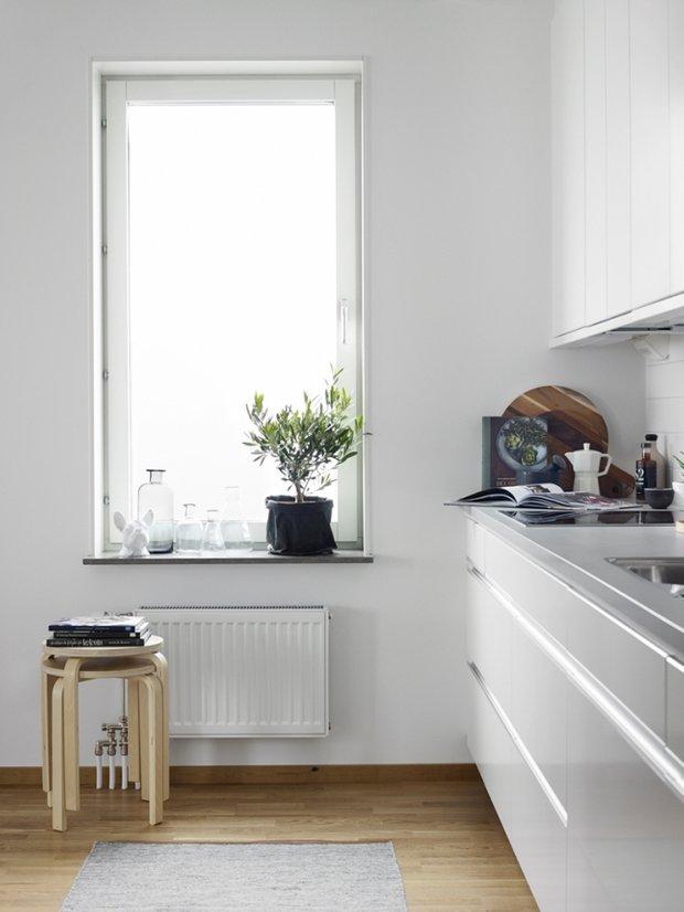 Фотография: Кухня и столовая в стиле Скандинавский, Минимализм, Декор интерьера, Квартира, Аксессуары, Мебель и свет, Белый, Черный – фото на INMYROOM