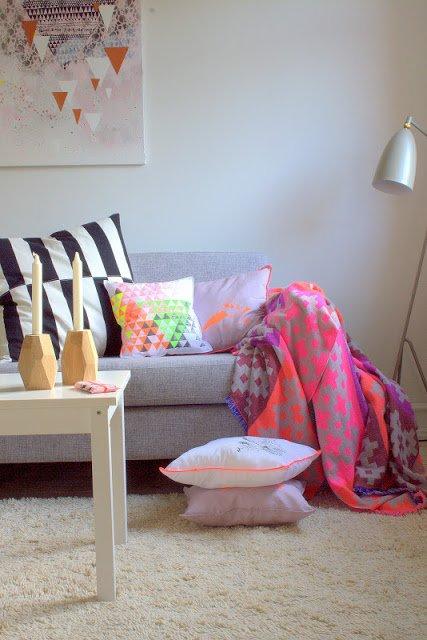 Фотография: Гостиная в стиле Скандинавский, Современный, Декор интерьера, Дизайн интерьера, Цвет в интерьере, Желтый, Розовый, Оранжевый, Неон – фото на INMYROOM