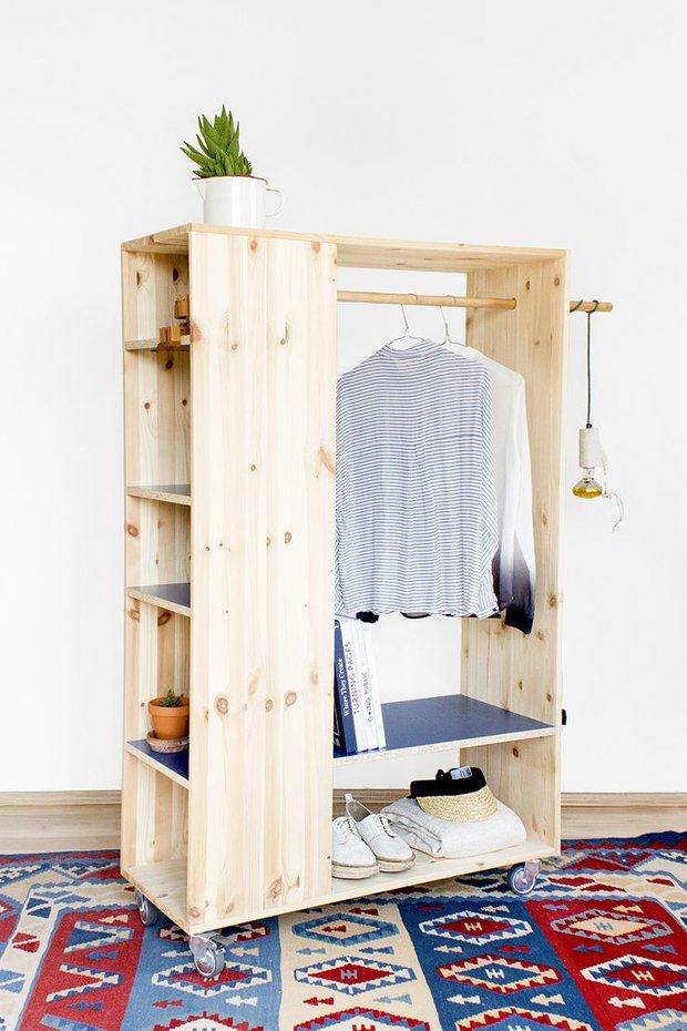 Фотография:  в стиле , Малогабаритная квартира, Советы, Мебель-трансформер, минимализм в интерьере, подоконник-столешница, шкафы у окна – фото на INMYROOM