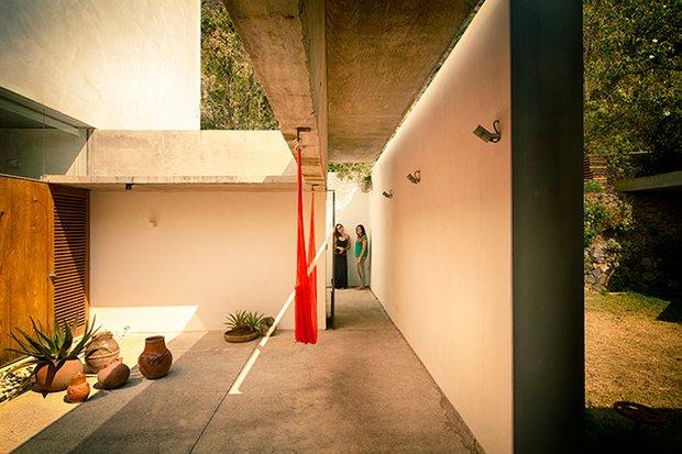 Фотография:  в стиле , Современный, Дом, Архитектура, Ландшафт, Планировки, Терраса, Белый, Минимализм, Красный, Зеленый, Бежевый, Серый, Коричневый, Мексика, Эко, Дом и дача, Луис Артуро Гарсия, EDAA, замкнутый цикл отведения дождевой воды, эко-водопровод, дом из вулканического камня, поворотные стеклянные двери – фото на INMYROOM
