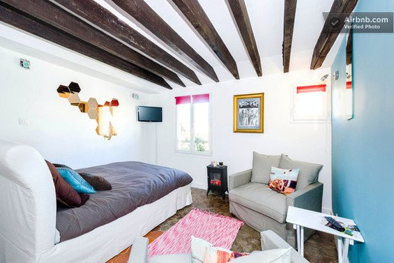 Фотография: Прихожая в стиле Прованс и Кантри, Декор интерьера, Квартира, Дом, Декор дома, Airbnb, Камины – фото на InMyRoom.ru