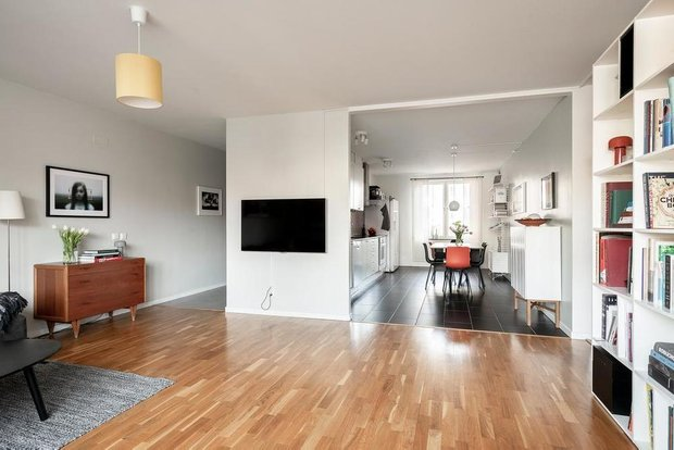 Фотография: Гостиная в стиле Скандинавский, Классический, Декор интерьера, Квартира, Швеция, Белый, Красный, Серый, 2 комнаты, Более 90 метров – фото на INMYROOM