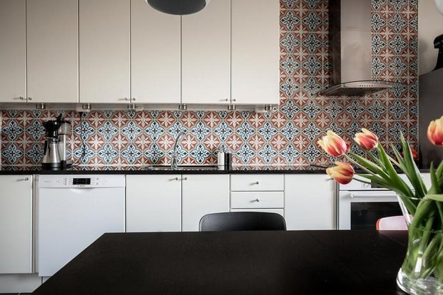Фотография: Кухня и столовая в стиле Скандинавский, Классический, Декор интерьера, Квартира, Швеция, Белый, Красный, Серый, 2 комнаты, Более 90 метров – фото на INMYROOM