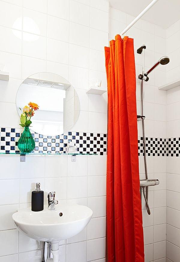 Фотография: Ванная в стиле Скандинавский, Малогабаритная квартира, Квартира, Цвет в интерьере, Дома и квартиры, Белый, Стена, Пол – фото на INMYROOM