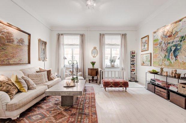 Фотография: Гостиная в стиле Скандинавский, Декор интерьера, Квартира, Аксессуары, Мебель и свет, Белый, Красный – фото на INMYROOM