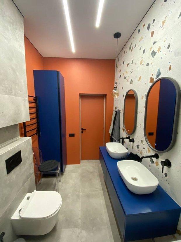 На стенах терракотовая краска Caparol S 3050-Y 70R