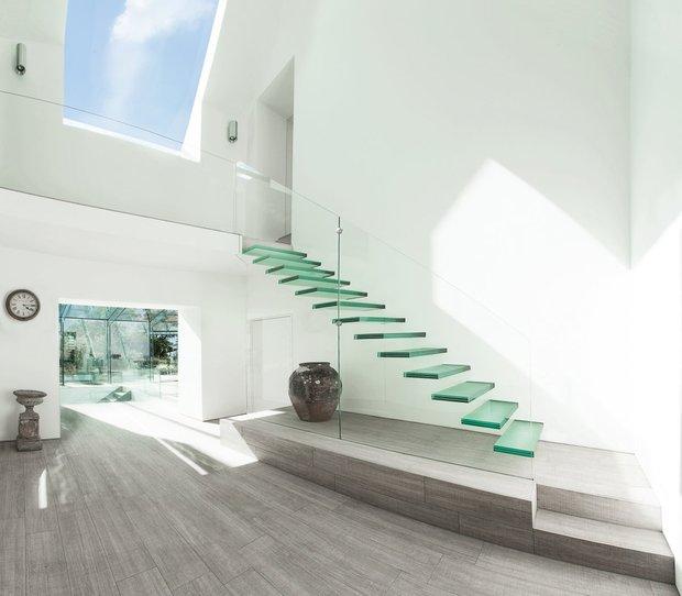 Фотография: Прихожая в стиле Минимализм, Архитектура, Декор, Мебель и свет, Ремонт на практике, Никита Морозов, освещение для лестницы, какую выбрать лестницу, какие бывают лестницы, прямая лестница, винтовая лестница, лестница на больцах, подвесная лестница, ограждение для лестниц, как украсить лестницу – фото на INMYROOM
