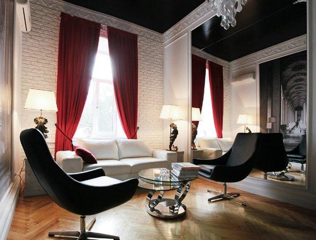 Фотография: Гостиная в стиле Эклектика, Декор интерьера, Малогабаритная квартира, Мебель и свет, Советы, Стены, Зеркало, Окна – фото на INMYROOM