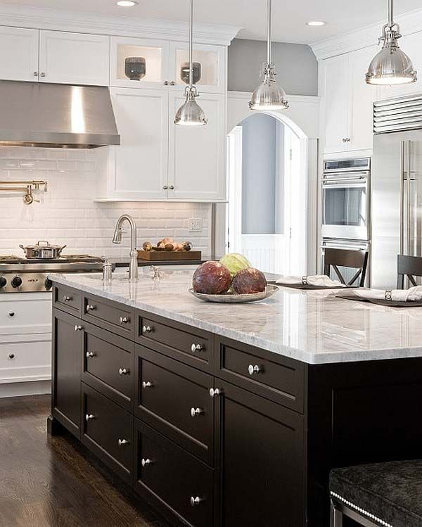 Фотография: Кухня и столовая в стиле Прованс и Кантри, Интерьер комнат, Цвет в интерьере, Белый, Бытовая техника – фото на InMyRoom.ru