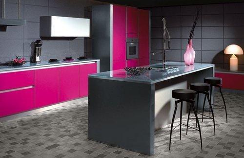 Фотография: Кухня и столовая в стиле Современный, Хай-тек, Декор интерьера, Дизайн интерьера, Мебель и свет, Цвет в интерьере, Стены, Розовый, Фуксия – фото на INMYROOM