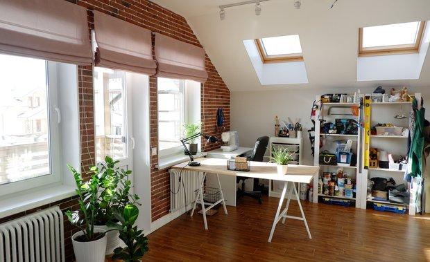 Мой кабинет-мастерская в мансарде — просторный и светлый, где я могу спокойно разложить все свои творческие материалы, доски, могу свободно мастерить даже довольно масштабные проекты.
