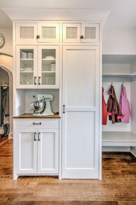 Фотография: Мебель и свет в стиле Скандинавский, Кухня и столовая, Интерьер комнат, Цвет в интерьере, Белый, Кухонный остров – фото на INMYROOM