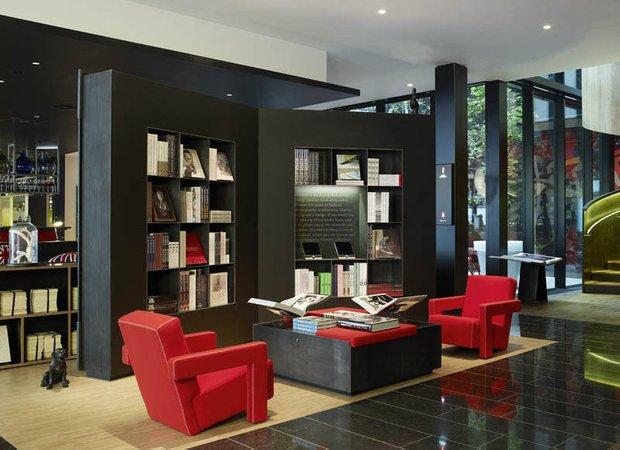 Фотография:  в стиле , Декор интерьера, Декор дома, Цвет в интерьере, Кресло, Шкаф – фото на INMYROOM