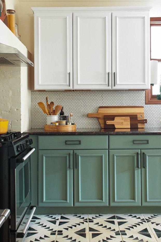 Фотография: Кухня и столовая в стиле Скандинавский, Советы, работа с краской, как перекрасить кухонные фасады – фото на INMYROOM