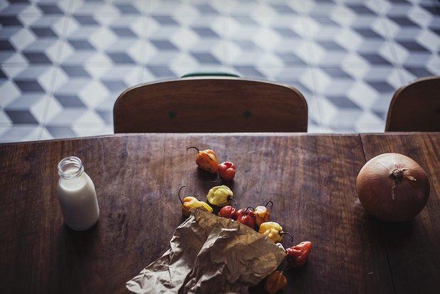 Фотография:  в стиле , Кухня и столовая, Декор интерьера, Дом, Белый, Красный, Синий, Коричневый, синяя кухня – фото на INMYROOM
