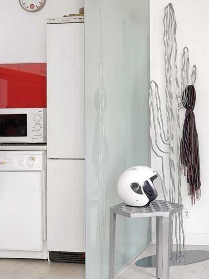 Фотография: Прихожая в стиле Лофт, Декор интерьера, Малогабаритная квартира, Квартира, Цвет в интерьере, Дома и квартиры, Белый, Черный, Красный – фото на INMYROOM