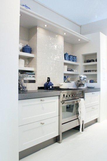 Фотография: Кухня и столовая в стиле Современный, Интерьер комнат, Полки – фото на INMYROOM