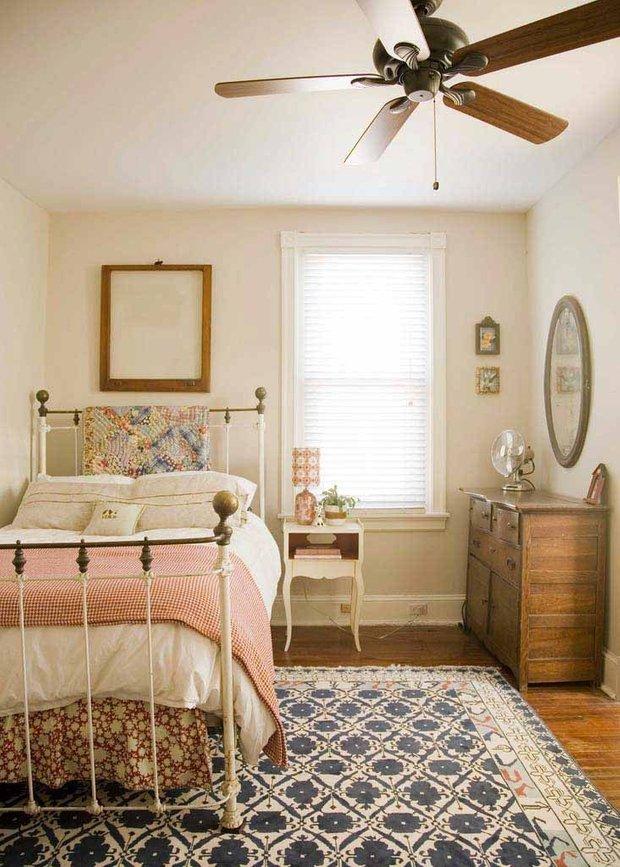 Фотография: Спальня в стиле Прованс и Кантри, Интерьер комнат, Подушки, Ковер – фото на INMYROOM