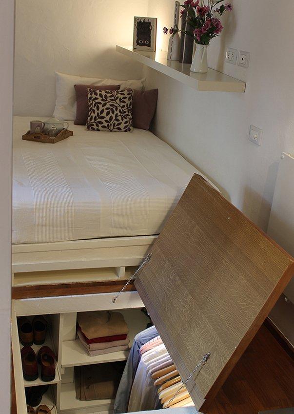 Фотография: Спальня в стиле Современный, Минимализм, Советы, как обустроить однушку, Сильвана Читтерио, кухня в однушке, гардероб в однушке, как организовать систему хранения в однокомнатной квартире, многофункциональный подиум – фото на INMYROOM