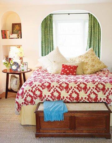 Фотография: Спальня в стиле Прованс и Кантри, Декор интерьера, Квартира, Дом, Декор дома, Люди, Картины – фото на INMYROOM