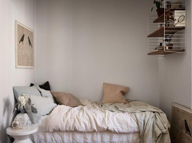 Фотография: Спальня в стиле Скандинавский, Декор интерьера, Квартира, Швеция, Минимализм, Черный, Бежевый, Стокгольм, идеи для малогабариток, как оформить малогабаритку, дизайн малогабаритки, до 40 метров – фото на INMYROOM