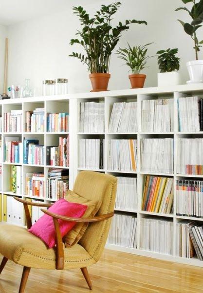 Фотография: Мебель и свет в стиле Скандинавский, Декор интерьера, Декор, Домашняя библиотека, как разместить книги в интерьере, книги в интерьере – фото на INMYROOM
