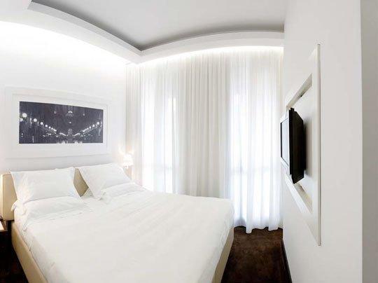 Фотография: Спальня в стиле Минимализм, Декор интерьера, DIY, Цвет в интерьере, Стиль жизни, Советы, Белый, Зеркала – фото на INMYROOM