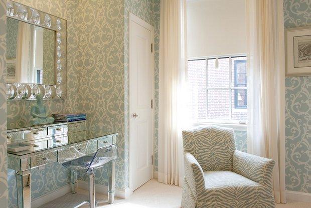Фотография: Спальня в стиле Эклектика, Декор интерьера, Малогабаритная квартира, Квартира, Дома и квартиры, Советы, Зеркало – фото на INMYROOM