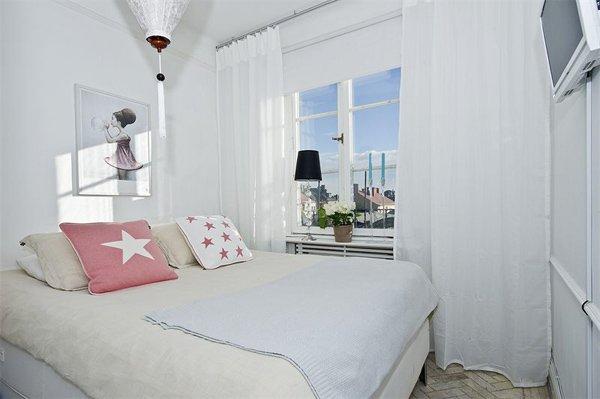 Фотография: Спальня в стиле Современный, Гардеробная, Скандинавский, Декор интерьера, Малогабаритная квартира, Квартира, Швеция, Хранение, Цвет в интерьере, Дома и квартиры, Белый – фото на INMYROOM