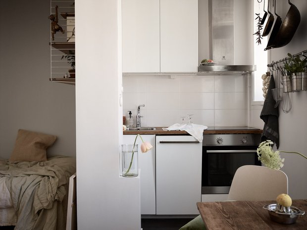 Фотография: Кухня и столовая в стиле Скандинавский, Декор интерьера, Квартира, Швеция, Минимализм, Черный, Бежевый, Стокгольм, идеи для малогабариток, как оформить малогабаритку, дизайн малогабаритки, до 40 метров – фото на INMYROOM