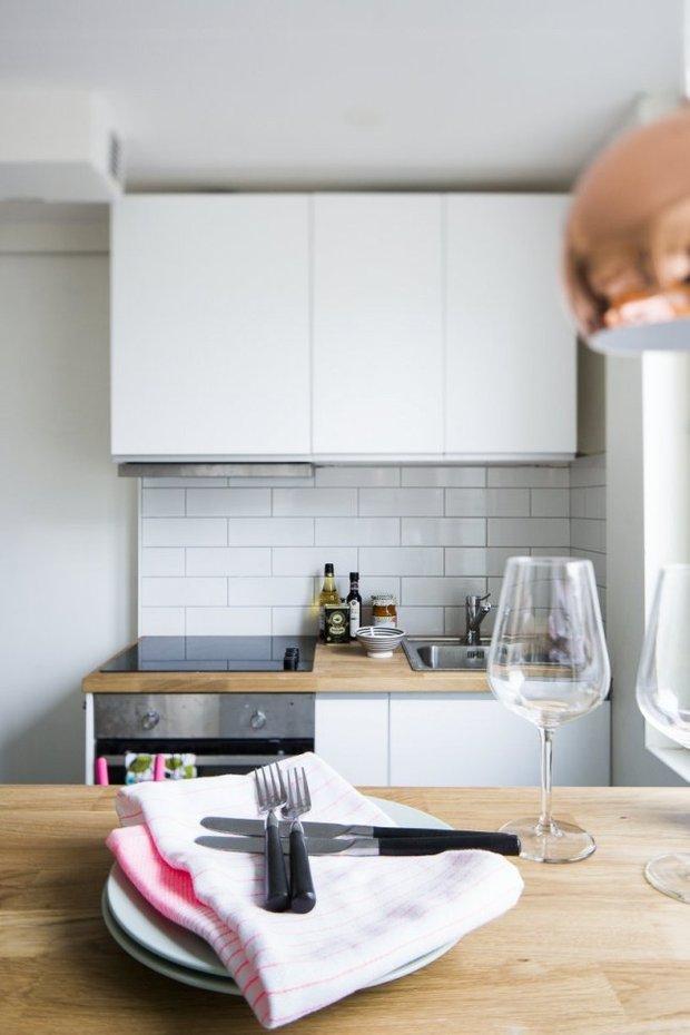 Фотография: Кухня и столовая в стиле Скандинавский, Малогабаритная квартира, Квартира, Планировки, Хранение – фото на INMYROOM
