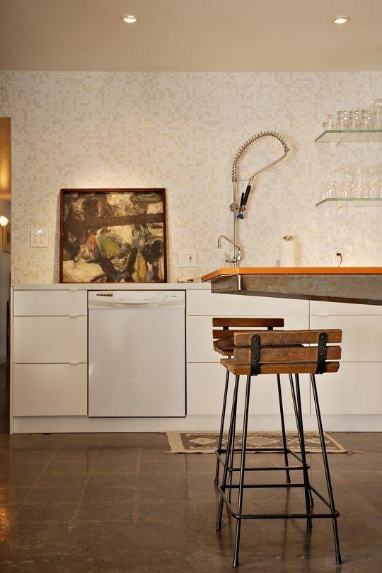 Фотография: Кухня и столовая в стиле Лофт, Интерьер комнат, Полки – фото на INMYROOM