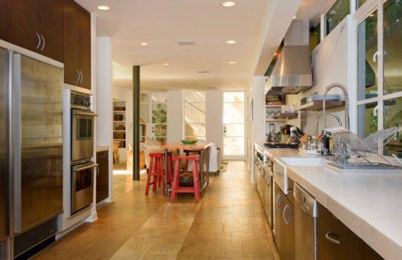 Фотография: Кухня и столовая в стиле Современный, Декор интерьера, Дом, Цвет в интерьере, Дома и квартиры, Интерьеры звезд, Стены – фото на INMYROOM