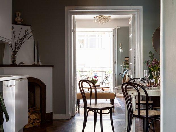 Фотография: Кухня и столовая в стиле Скандинавский, Гостиная, Спальня, Эклектика, Декор интерьера, Квартира, Швеция, Декор, Зеленый, Стокгольм, как создать уютную атмосферу, как обустроить двухкомнатную квартиру, 2 комнаты, 40-60 метров, как сочетать орнаменты – фото на INMYROOM