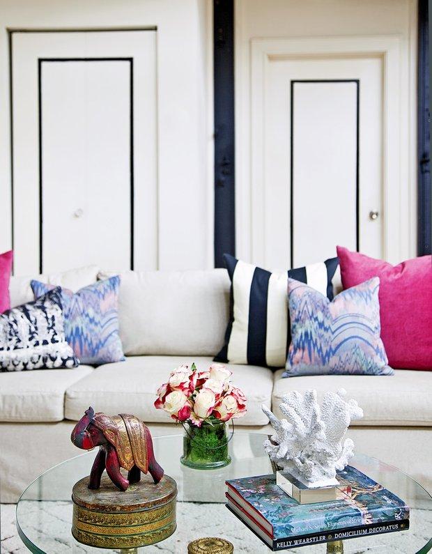 Фотография: Гостиная в стиле Восточный, Декор интерьера, Аксессуары, Текстиль, Цвет в интерьере, Текстиль, Подушки – фото на INMYROOM