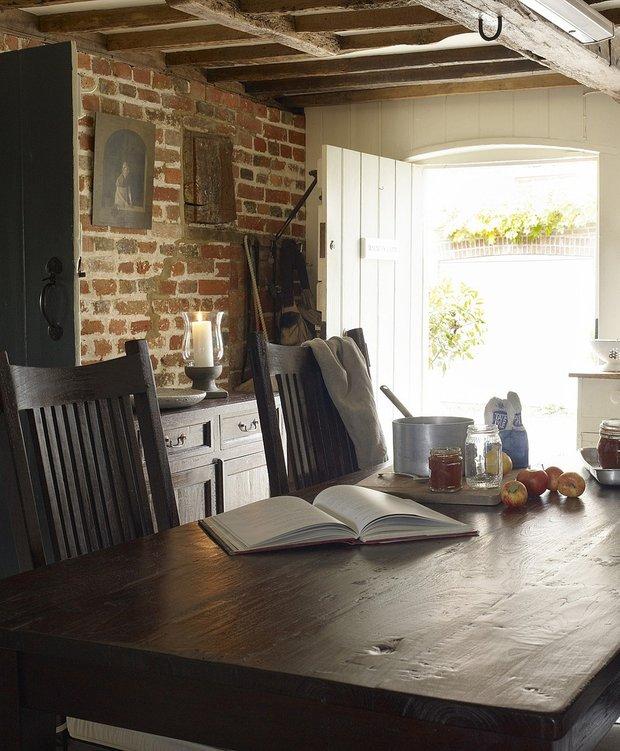 Фотография: Кухня и столовая в стиле , Дома и квартиры, Интерьеры звезд, Эко, Комод, Стеллаж, Колониальный, Библиотека, Балдахин, Буфет – фото на InMyRoom.ru