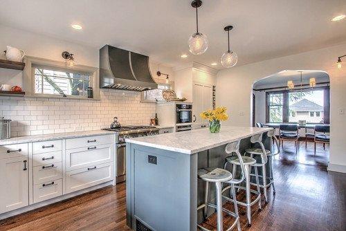 Фотография: Кухня и столовая в стиле Скандинавский, Интерьер комнат, Цвет в интерьере, Белый, Кухонный остров – фото на INMYROOM
