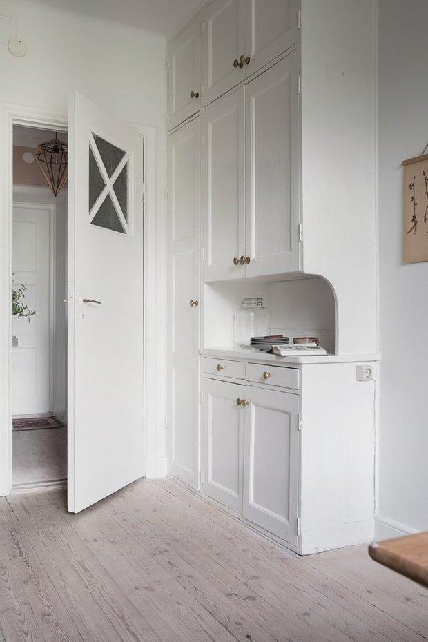 Квартира с белой кухней и спальней в Алькове