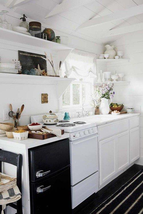 Фотография: Кухня и столовая в стиле Скандинавский, Мебель и свет, Белый, Переделка, Дача – фото на INMYROOM