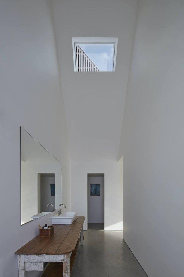 Фотография: Ванная в стиле Минимализм, Современный, Дом, Белый, Серый, Дом и дача, Более 90 метров – фото на INMYROOM