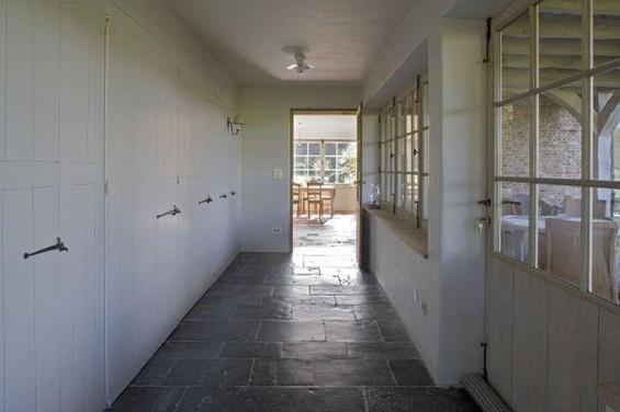 Фотография: Прочее в стиле Минимализм, Дом, Дома и квартиры, Лестница, Диван, Балки, Пол – фото на INMYROOM