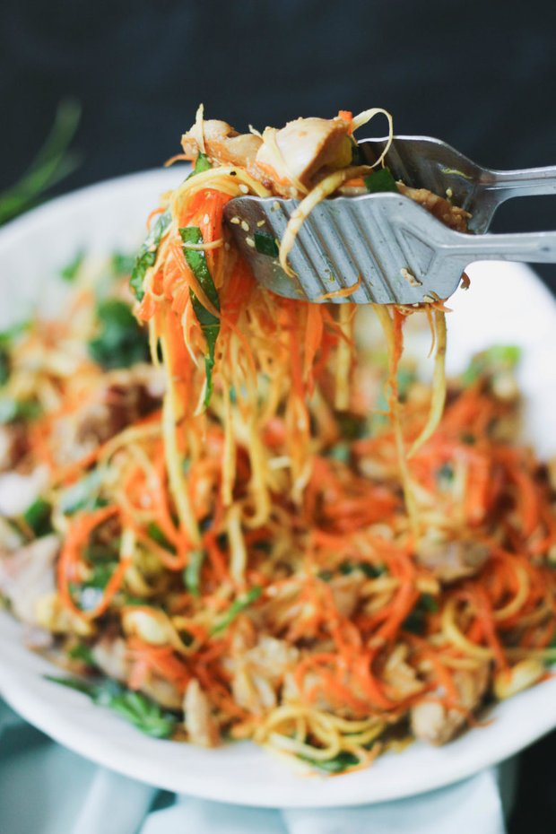 Фотография:  в стиле , Обед, Ужин, Салат, Палео, Жарить, Птица, Секреты кулинарии, Кулинарные рецепты, 30 минут, Азиатская кухня, Просто, Морковь, Курица, Пастернак – фото на INMYROOM