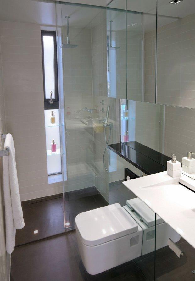 Фотография: Ванная в стиле Хай-тек, Малогабаритная квартира, Квартира, Цвет в интерьере, Дома и квартиры, Белый, Минимализм – фото на INMYROOM