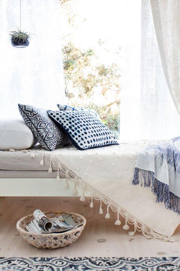 Фотография: Спальня в стиле Прованс и Кантри, Декор интерьера, Декор, Белый, Зеленый, Бежевый, Синий, Голубой, Оранжевый, Бирюзовый – фото на InMyRoom.ru