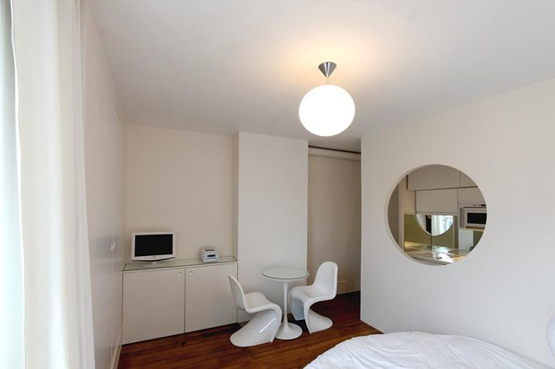 Фотография: Спальня в стиле Современный, Малогабаритная квартира, Квартира, Цвет в интерьере, Белый, Проект недели, Переделка – фото на INMYROOM