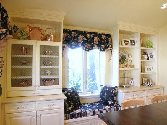 Фотография: Кухня и столовая в стиле Прованс и Кантри, Спальня, Гардеробная, Декор интерьера, Интерьер комнат, Системы хранения, Кровать, Гардероб – фото на INMYROOM