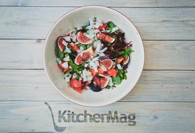 Фотография:  в стиле , Обед, Ужин, Салат, Здоровое питание, Сырым, Помидоры, Зелень, Кулинарные рецепты, 15 минут, Пришли гости, Готовит KitchenMag, Европейская кухня – фото на INMYROOM